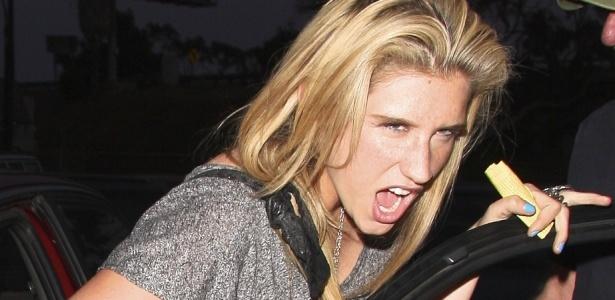 A cantora Ke$ha faz caras e bocas para os fotógrafos após alugar um carro em Los Angeles (21/6/2010)