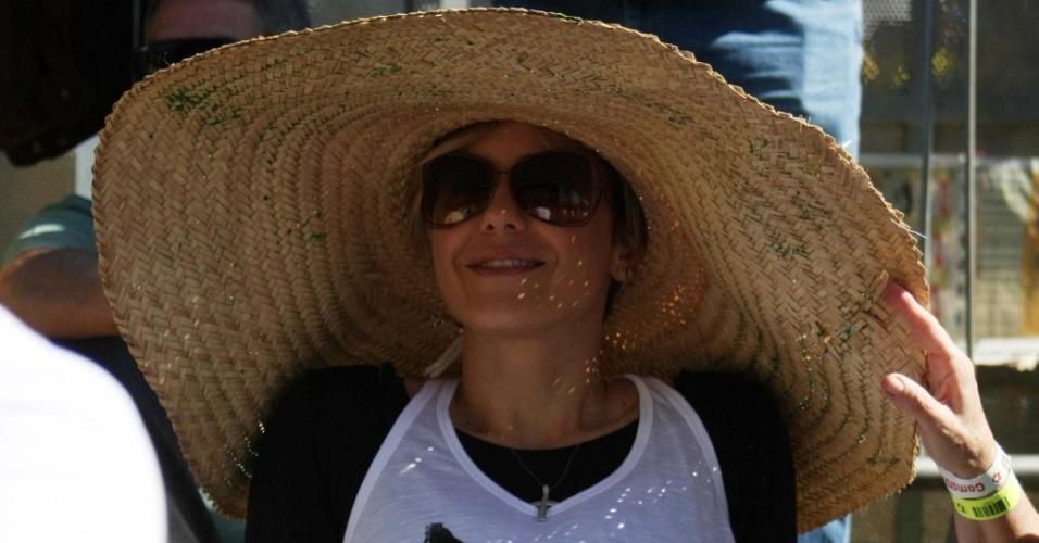 A atriz Guilhermina Guinle torce pelo Brasil usando um sombrero, no Jockey Club de São Paulo (25/6/2010)