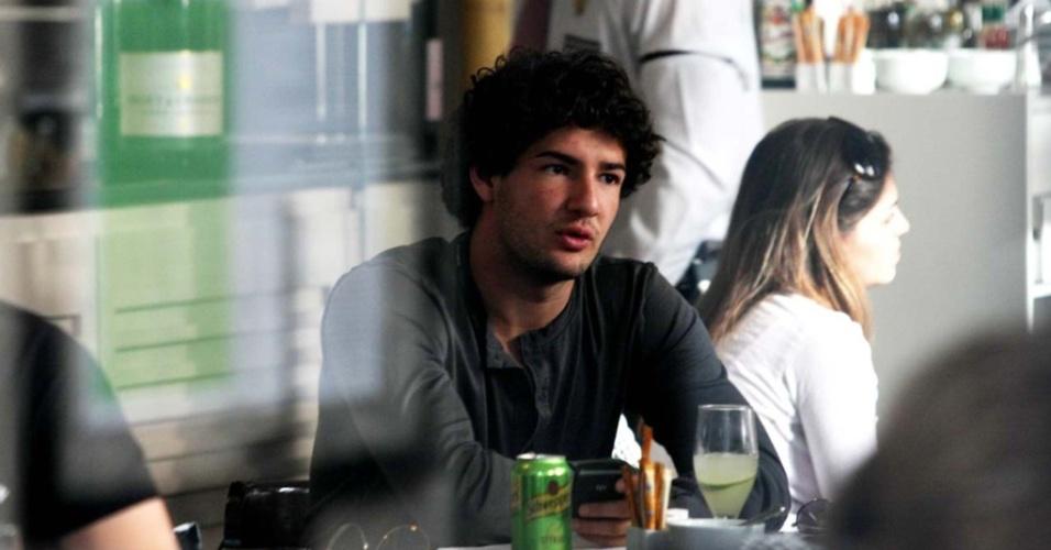 Alexandre Pato almoça em São Paulo com um amigo (26/06/2010)