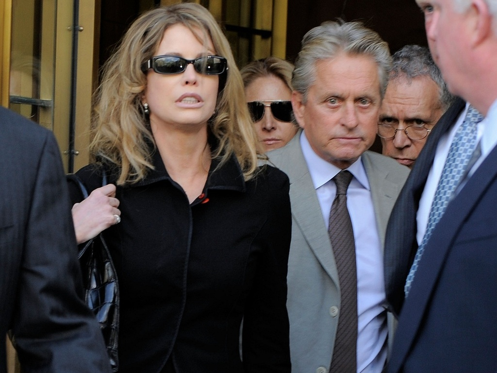 A produtora Diandra Douglas e o ator Michael Douglas na sada de um tribunal de Nova York (20/4/2010)