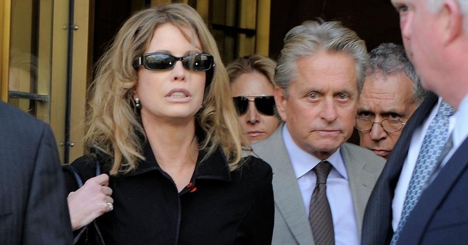 A produtora Diandra Douglas e o ator Michael Douglas na saída de um tribunal de Nova York (20/4/2010)