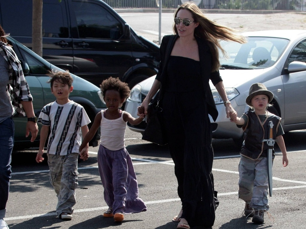 Da esq. para a dir.: Pax, Zahara, Angelina Jolie e Shiloh no estacionamento de uma loja de brinquedos em Toulon, na França (23/9/2009)