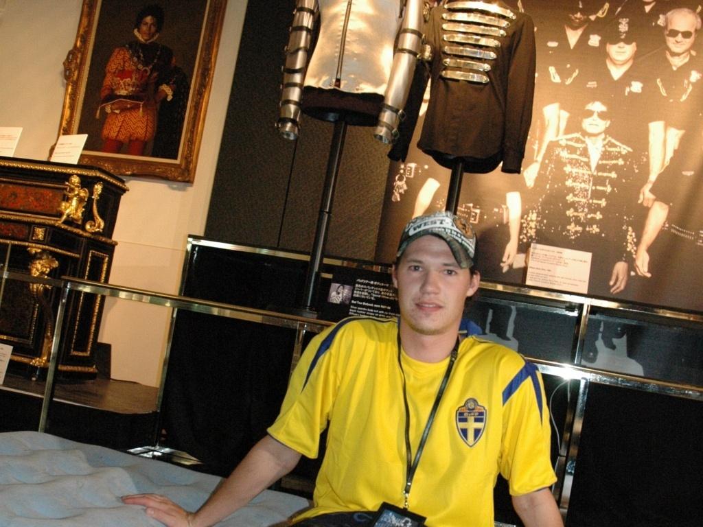 O sueco Carlos Vercelli que pagou US$ 1 mil para dormir uma noite ao lado dos objetos de Michael Jackson, em Tóquio