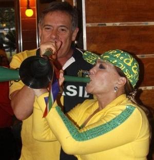 Os atores José de Abreu e Susana Vieira assopram suas vuvuzelas em restaurante do Rio de Janeiro no jogo Brasil x Chile (28/6/2010)