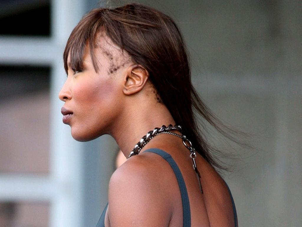 Naomi Campbell aparece com falha no cabelo durante sessão de fotos em Nova York (28/6/2010)
