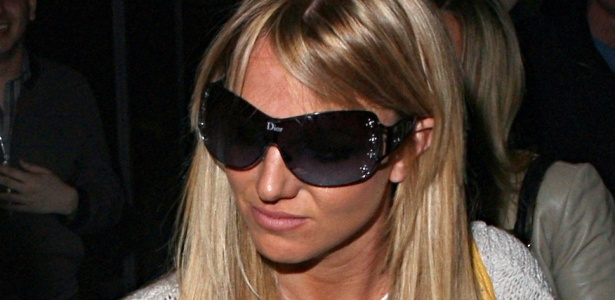 A cantora Britney Spears sai loira de salo de beleza em Beverly Hills (26/2/2010)