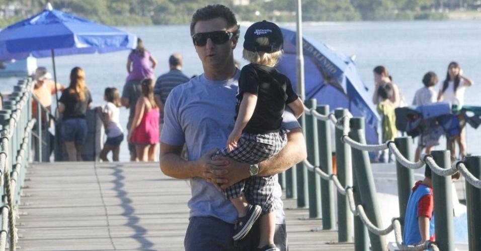 Luciano Huck passeia com o filho Benício na Lagoa Rodrigo de Freitas, no Rio (30/5/10)
