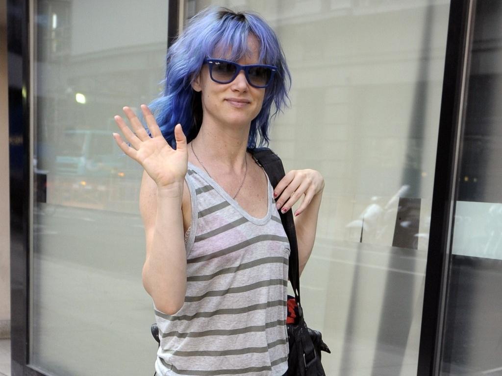 A cantora e atriz Juliette Lewis com o cabelo azul em Londres (30/6/2010)
