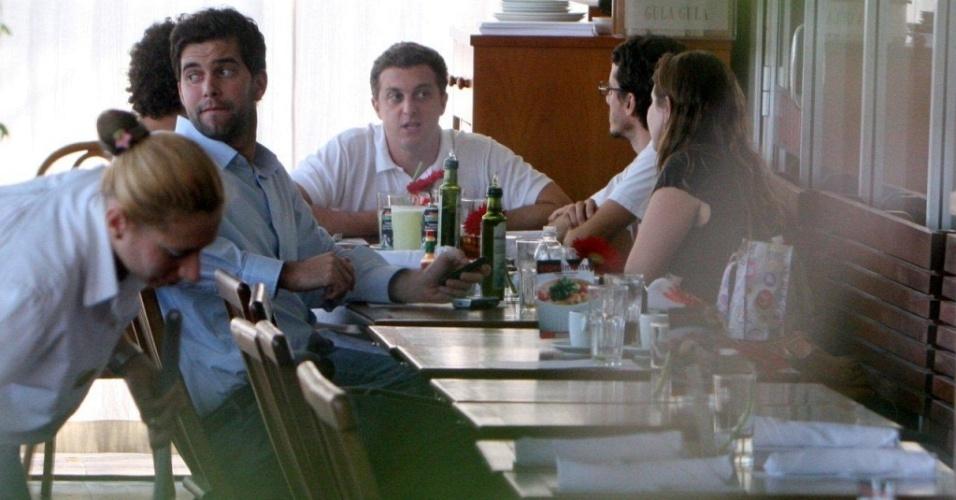 Luciano Huck almoça com amigos em restaurante carioca (30/6/10)