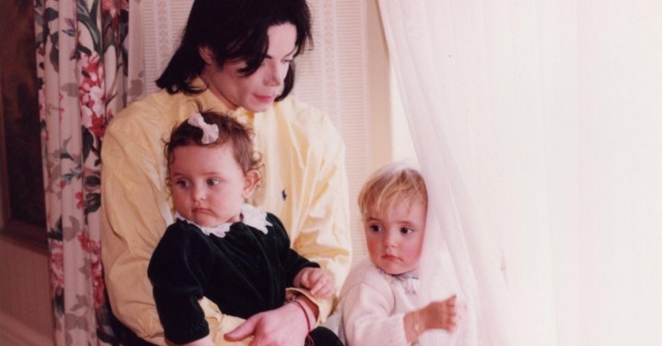 Michael Jackson e os filhos Paris (no colo) e Prince Michael 1º em um hotel de Nova York (1999)