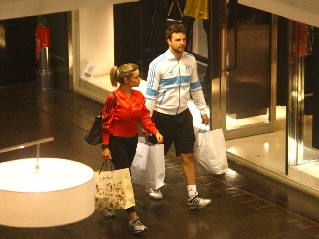 O ator Cássio Reis e a namorada Maria Klien passeiam em shopping do RJ (1/7/2010)
