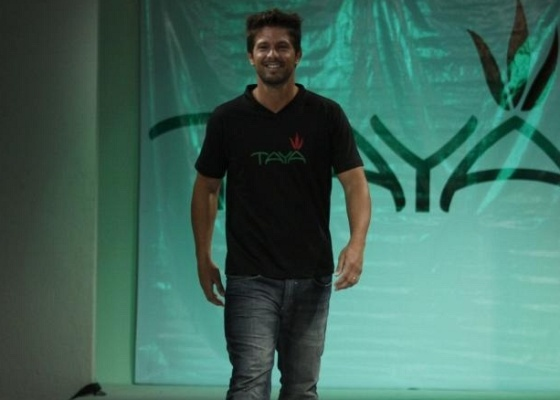 M�rio Frias participa de desfile em Fortaleza (27/4/10)
