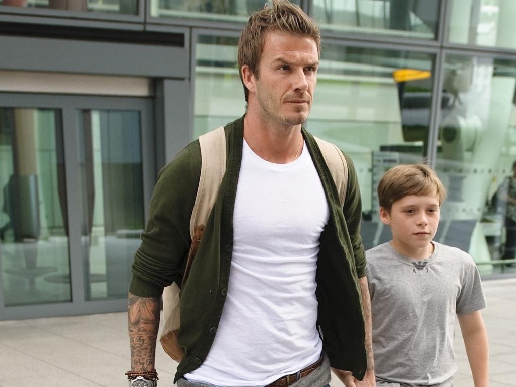 David Beckham desembarca em Londres com o filho Brooklin (02/07/2010)