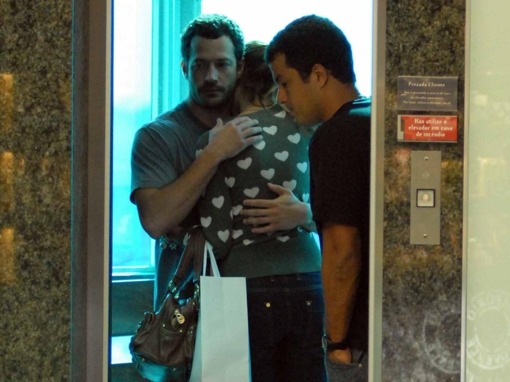 Malvino Salvador abraça a namorada, Sophie Charlotte, em um elevador de um shopping carioca (3/7/2010)