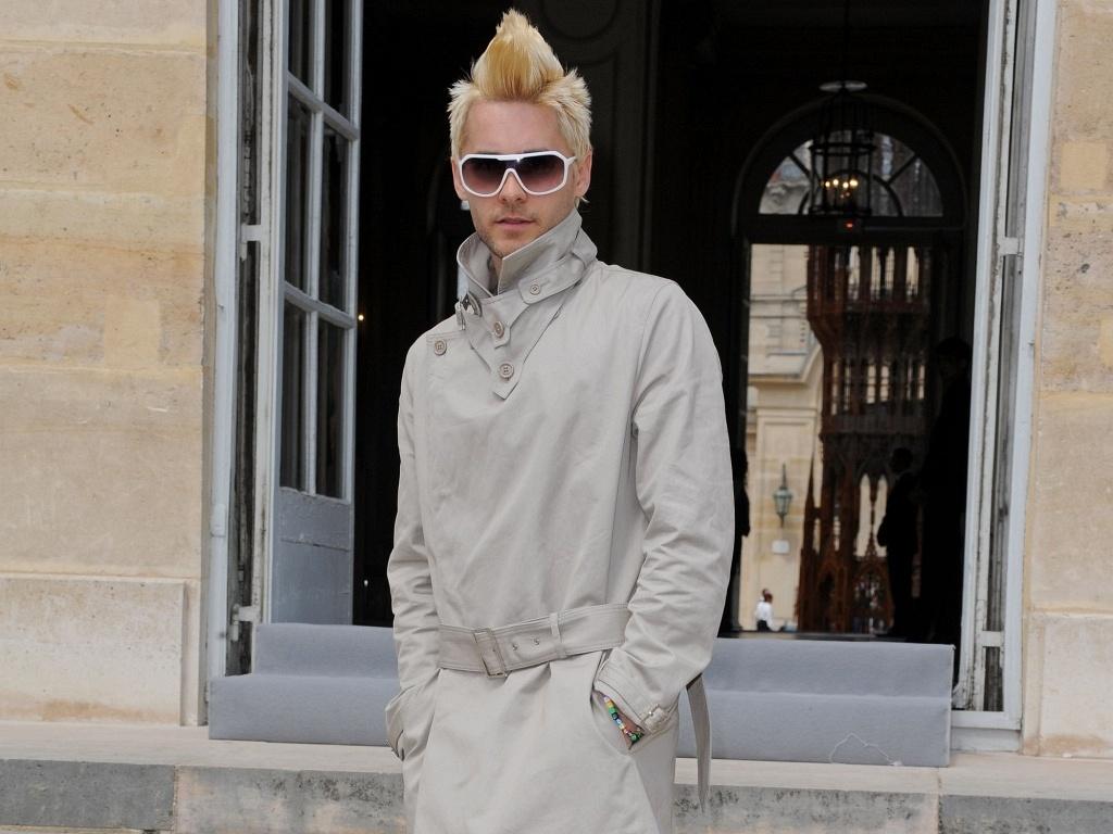 O ator e cantor Jared Leto com o cabelo loiro e penteado moicano no desfile da Dior em Paris (5/7/2010)