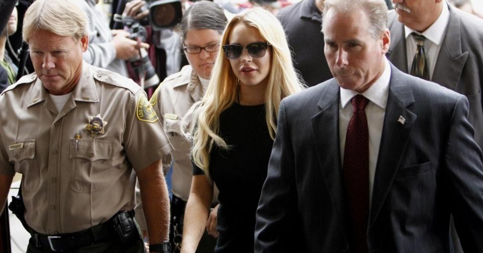A atriz Lindsay Lohan chega ao tribunal de Beverly Hills para audiência (6/7/2010)