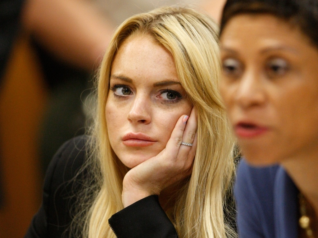 A atriz Lindsay Lohan observa sua advogada Shawn Chapman Holley (dir.) durante audincia no tribunal de Beverly Hills (6/7/2010)