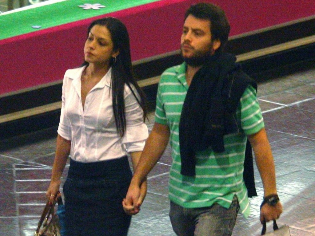 Thas Fersoza circula de mos dadas com Dudu Cirelli em shopping carioca (6/7/10)
