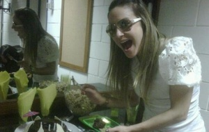 Claudia Leitte ganha bolo de aniversário nos bastidores do