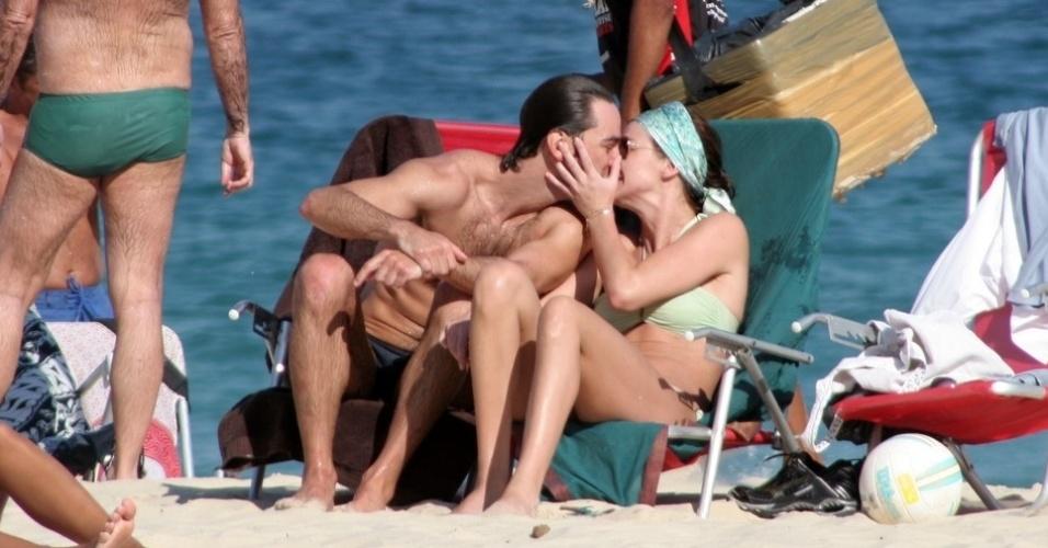 Letícia Birkheuer troca carinhos com o namorado, Marcos Faria
