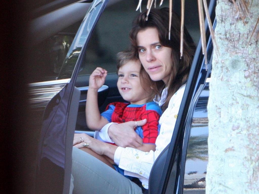 carolina Dieckmann é fotografada com o filho José no Rio de Janeiro (10/07/2010)