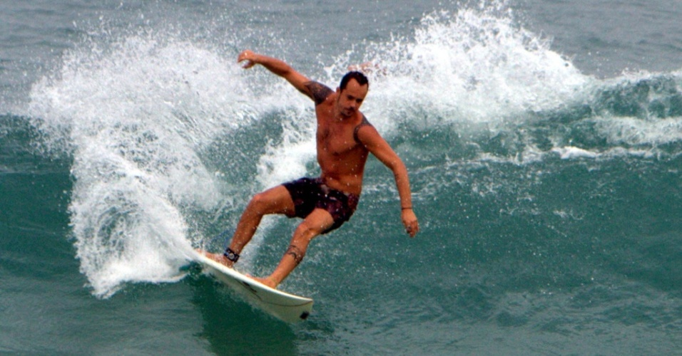 Paulinho Vilhena surfa na Praia da Reserva, Rio de Janeiro (11/7/2010)