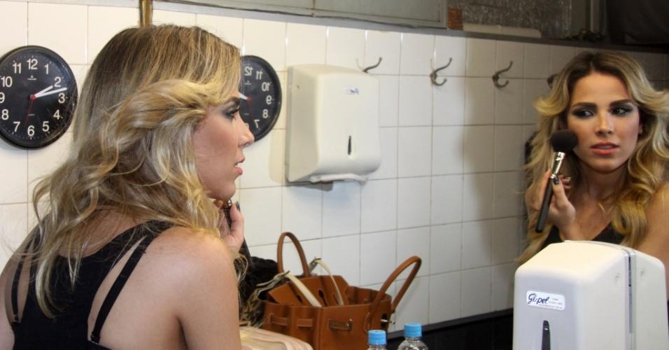 wanessa se retoca a maquiagem antes de show em boate de Copacabana (10/7/2010)