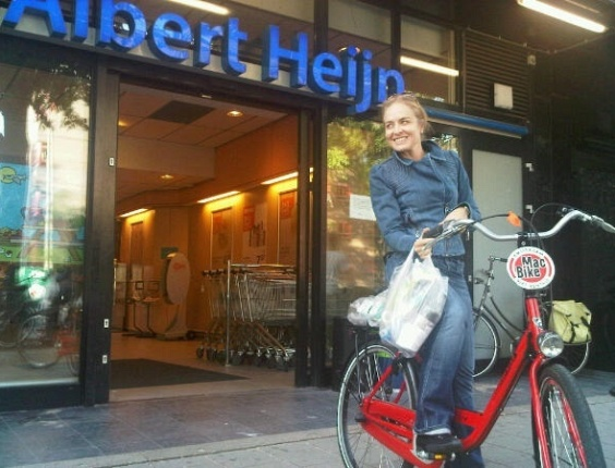 Angélica passeando de bicicleta em Amsterdã (16/7/10)