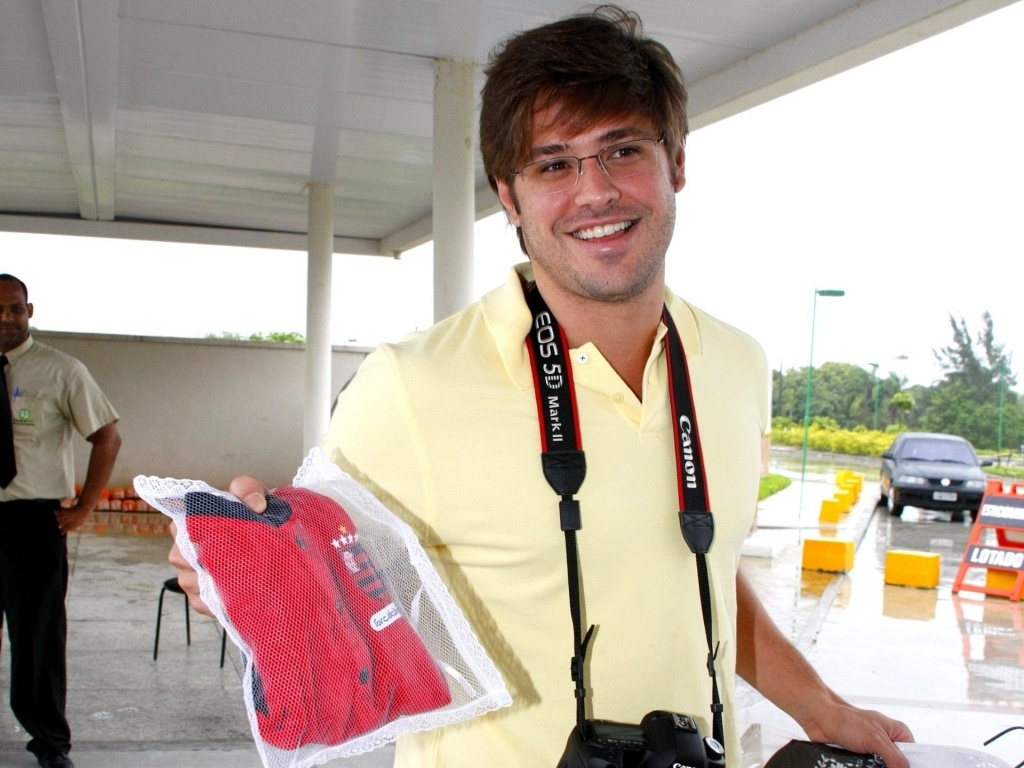Dado Dolabella mostra presente de seu filho em maternidade do Rio de Janeiro (13/12/2010)