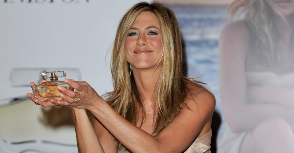A atriz Jennifer Aniston lana seu perfume na Harrods em Londres (21/7/2010)
