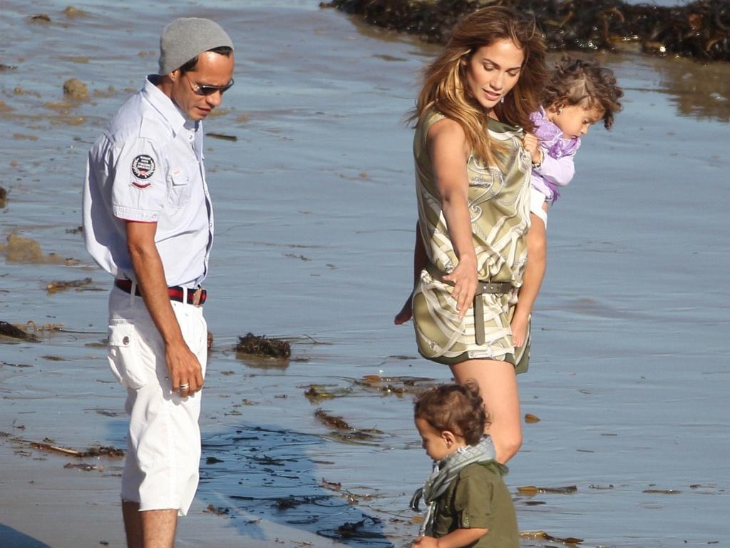 Jennifer Lopez e Marc Anthony brincam com os filhos Max e Emme em praia de Malibu (13/7/2010)
