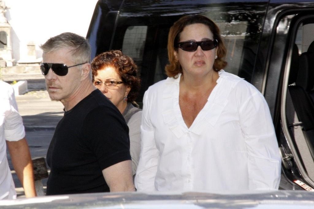 Os atores Miguel Falabella e Claudia Jimenez chegam ao velório do filho de Cissa Guimarães no Cemitério Memorial do Carmo, no bairro do Caju, no Rio de Janeiro (20/7/2010)