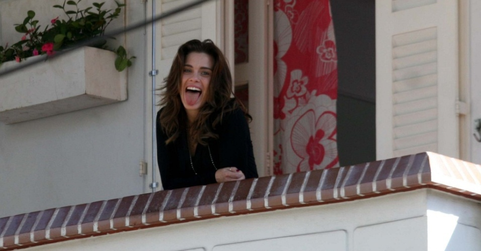 A atriz Carolina Dieckmann mostra a língua durante gravação de