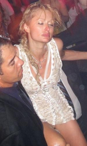 A socialite Paris Hilton é carregada por segurança e pelo milionário malasiano Taek Jho Low (dir.) em clube noturno em St.Tropez, na França (23/7/2010)