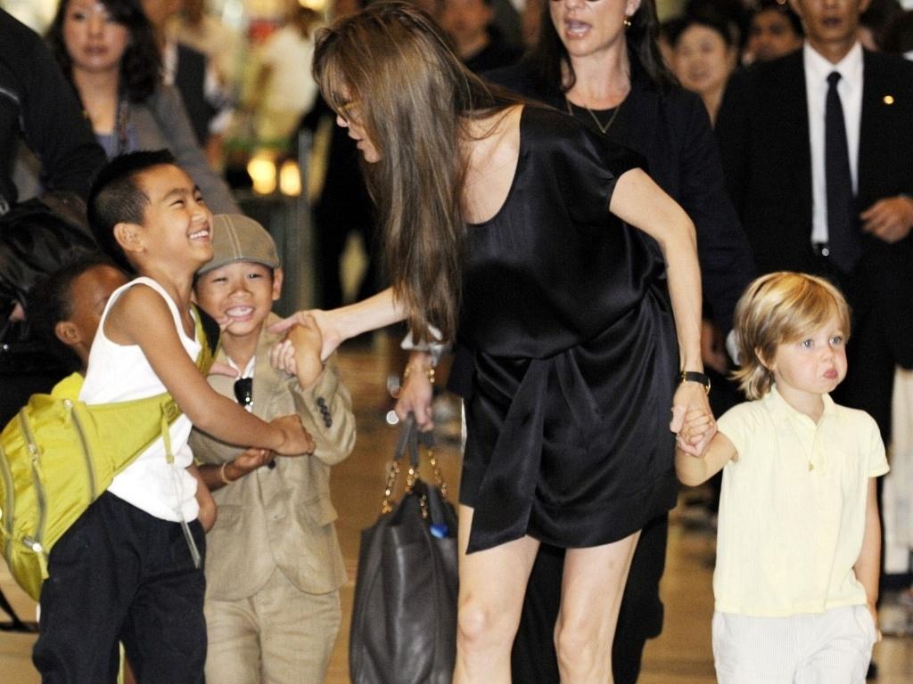 Angelina Jolie desembarca com os filhos Maddox, Zahara, Pax e Shiloh no Japão (26/7/2010)