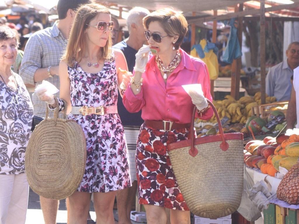 As atrizes Zezé Polessa e Débora Falabella comem durante gravação de
