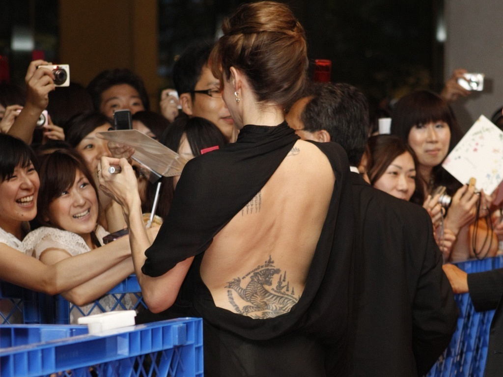 A atriz Angelina Jolie atende fãs na première de