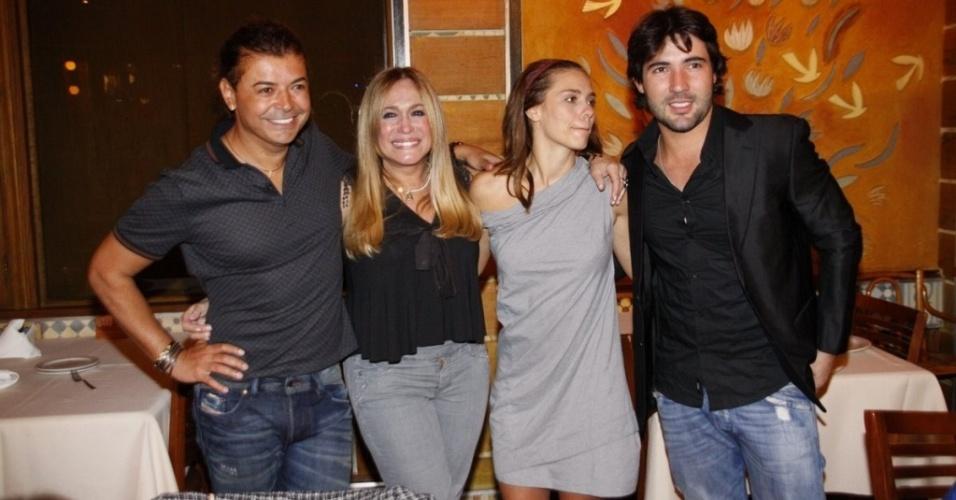 David Brazil, Susana Vieira, Carolina Dieckmann e Sandro Pedroso no aniversário do promoter, no Rio de Janeiro (29/7/10)