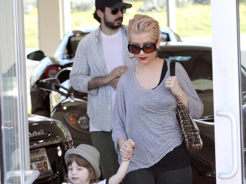 Christina Aguilera e o marido Jordan Bratman foram vistos com o filho do casal, o pequeno Max, em uma loja de carros de luxo em West Hollywood, na Califórnia (31/7/2010)