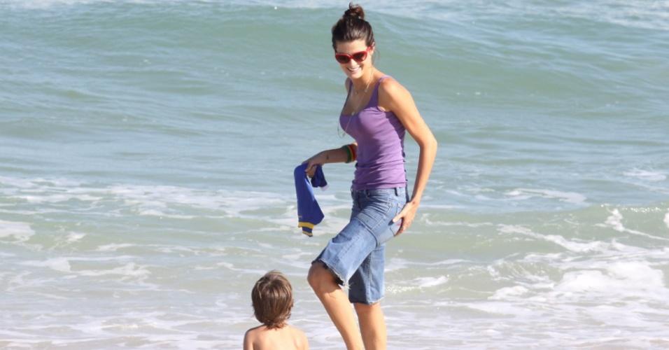 Isabeli Fontana leva o filho Lucas à praia da Reserva, no Rio de Janeiro (31/7/2010)