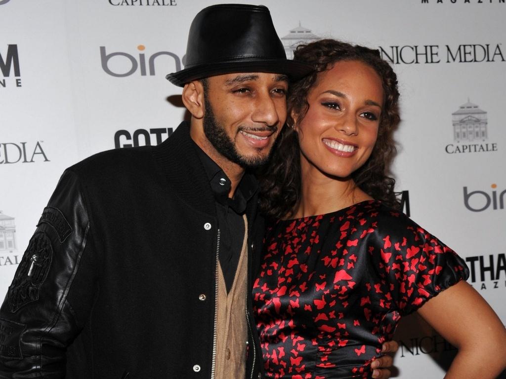 A cantora Alicia Keys e o rapper Swizz Beatz no tapete vermelho de baile da Gotham Magazine em Nova York (15/3/2010)