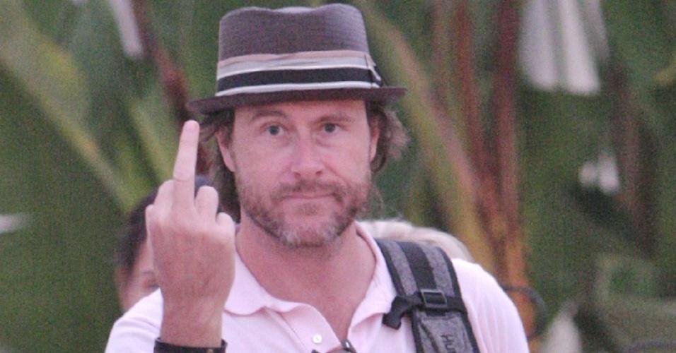 O marido da atriz Tori Spelling, o também ator Dean McDermott, mostra o dedo médio para os fotógrafos durante passeio em Loyola, na Califórnia (29/7/2010)