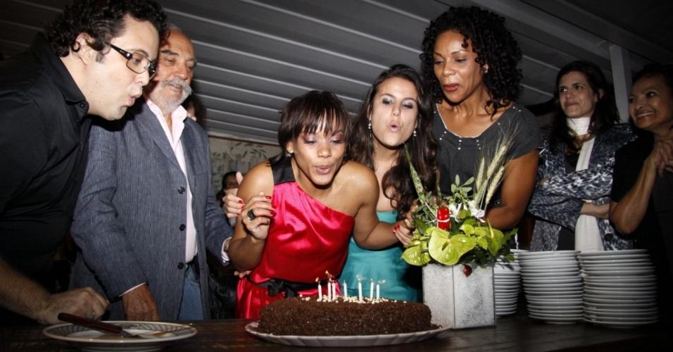 As atrizes Aparecida Petrowky e Úrsula Corona apagam o bolo em sua festa de aniversário em restaurante do Rio de Janeiro (3/8/2010)