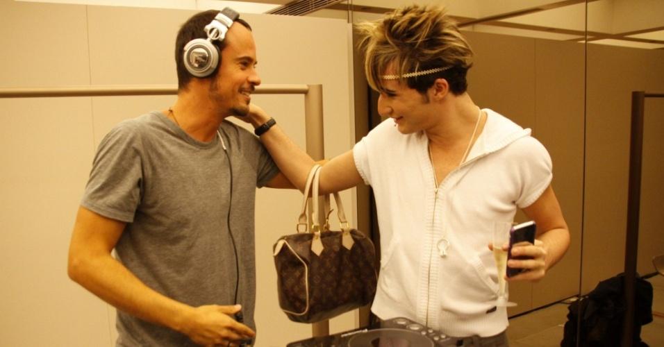 O ator Paulo Vilhena e o ex-bbb Serginho em abertura de loja em shopping do Rio (3/8/2010)