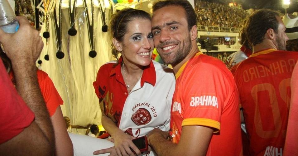 Deborah Secco e Roger Flores no desfile das campeãs, no Rio (20/2/10)