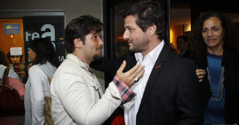 Bruno Gagliasso assiste ao monólogo estrelado por Marcelo Serrado,