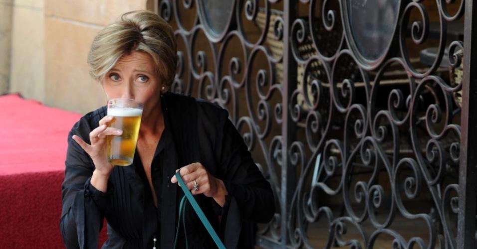 Emma Thompson é homenageada com estrela na Calçada da Fama e comemora com cerveja (06/08/2010)