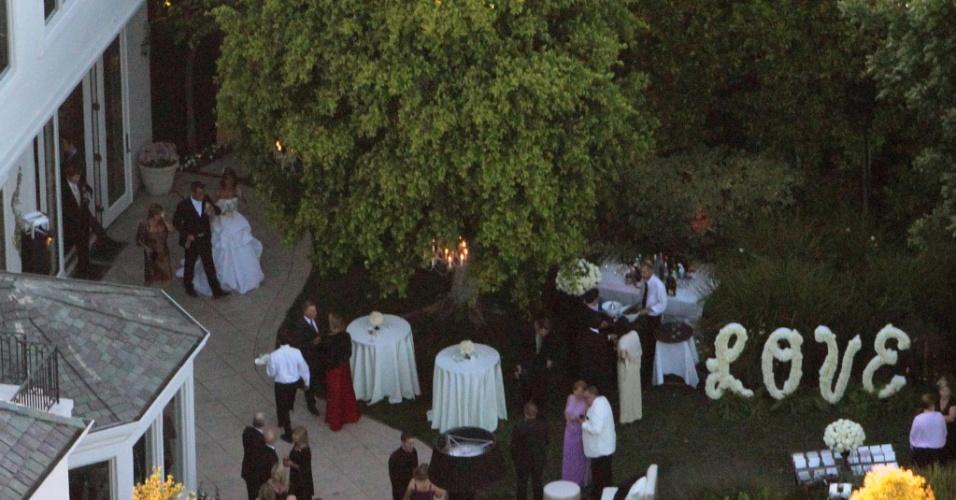 Robbie Williams e Ayda Field durante seu casamento em Beverly Hills (07/08/2010)