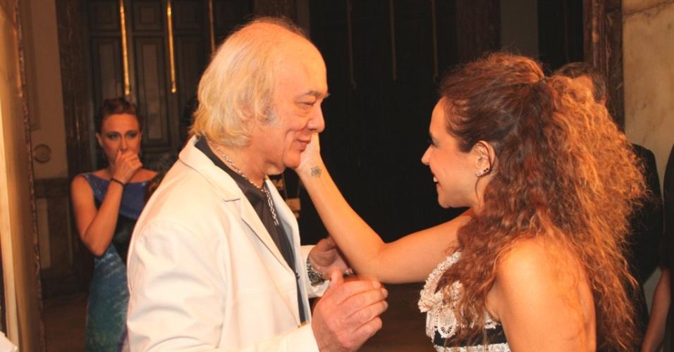 Erasmo Carlos e Daniela Mercury se cumprimentam no Prêmio da Música Brasileira no Theatro Municipal do Rio de Janeiro (11/8/2010)