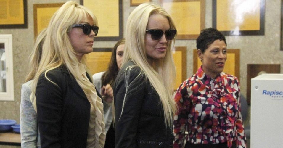 A atriz Lindsay Lohan (ao centro) chega ao tribunal de Beverly Hills para se entregar à polícia, acompanhada da mãe, Dina Lohan (esq.), e da advogada Shawn Chapman Holley (dir.)